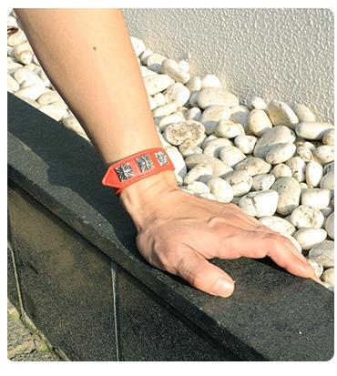 クロムハーツ 3ボタン2スナップ ブレスレットピラミッドクロスボタン レッド